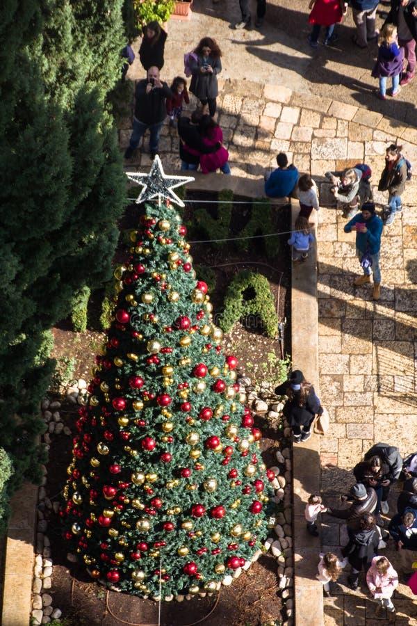 Jerusalem internationales YMCA, ein Stadtmarkstein, Turmspitzengebäudeansicht Fassade und Weihnachtsbaum vor dem entra lizenzfreie stockfotos