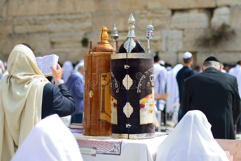 JERUSALEM ISRAEL - APRIL 2017: Den judiska mannen firar Simchat Torah Simchat Torah är celebratory judiska fläckar för en ferie c arkivbild