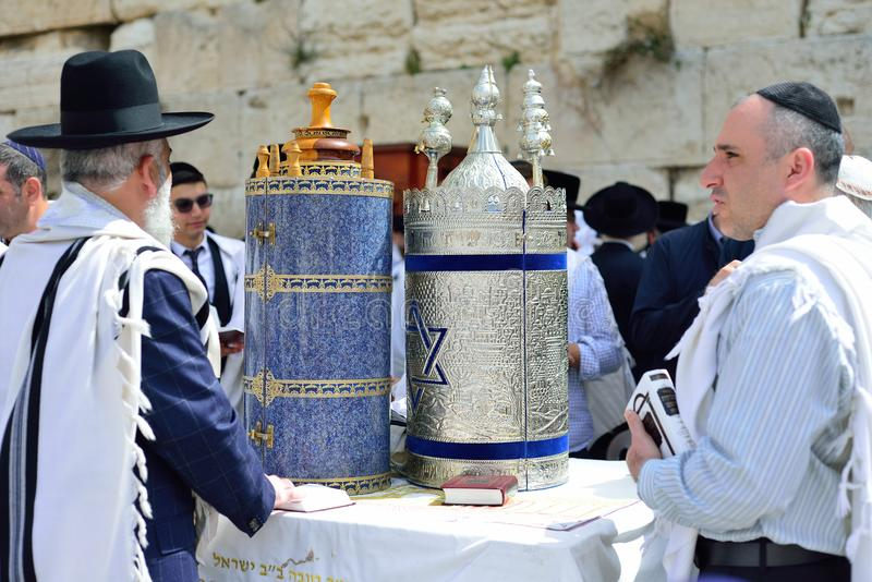 JERUSALEM ISRAEL - APRIL 2017: Den judiska mannen firar Simchat Torah Simchat Torah är celebratory judiska fläckar för en ferie c fotografering för bildbyråer