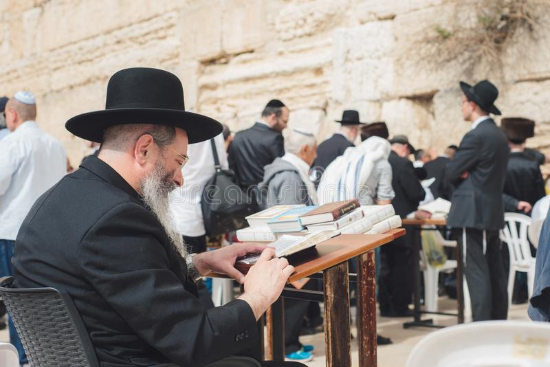 JERUSALEM, ISRAEL - APRIL 2017: Ein orthodoxer Jude liest das Talmu lizenzfreie stockfotos