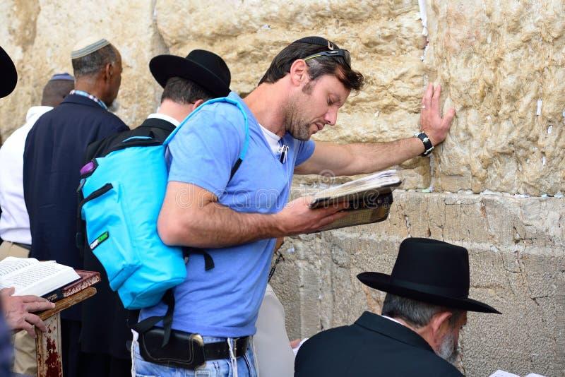 JERUSALEM ISRAEL - APRIL 2017: En turist- jude läser Talmuden royaltyfria bilder