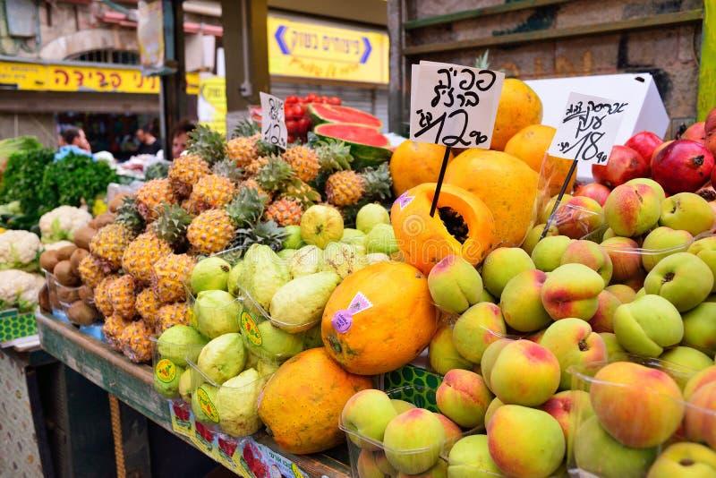 JERUSALEM, ISRAEL - APRIL 2017: Exotische Früchte in Israely vermarkten Mahane Yehuda, Jerusalem lizenzfreies stockbild