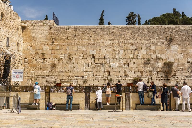 JERUSALEM ISRAEL - April 2, 2018: Folket nära den västra väggen i den gamla staden Jerusalem på Pesach semestrar royaltyfri foto