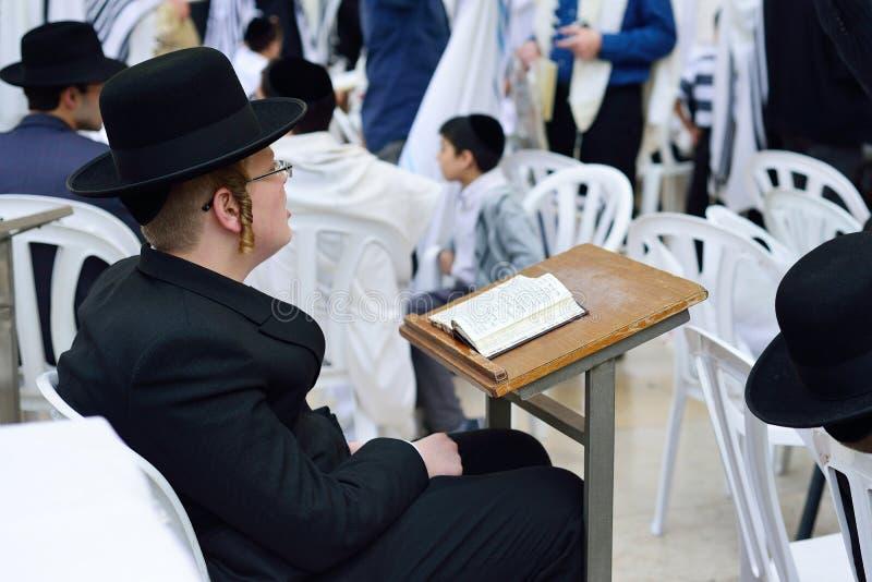 JERUSALEM, ISRAEL - APRIL 2017: Jüdische hasidic beten das Weste lizenzfreie stockbilder