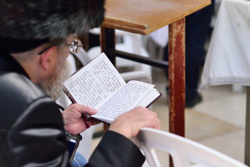 JERUSALEM ISRAEL - APRIL 2017: Judiska hasidic ber den västra väggen, att jämra sig vägg som stället av att gråta är en forntida  royaltyfria bilder