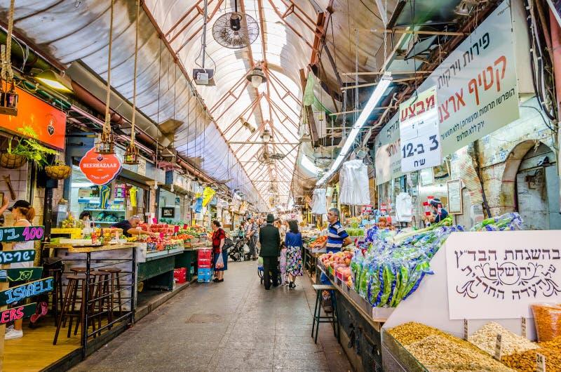 Jerusalem Israel Augusti 16, 2016: En judisk familjshopping på marknaden i Jerusalem, Israel royaltyfri bild