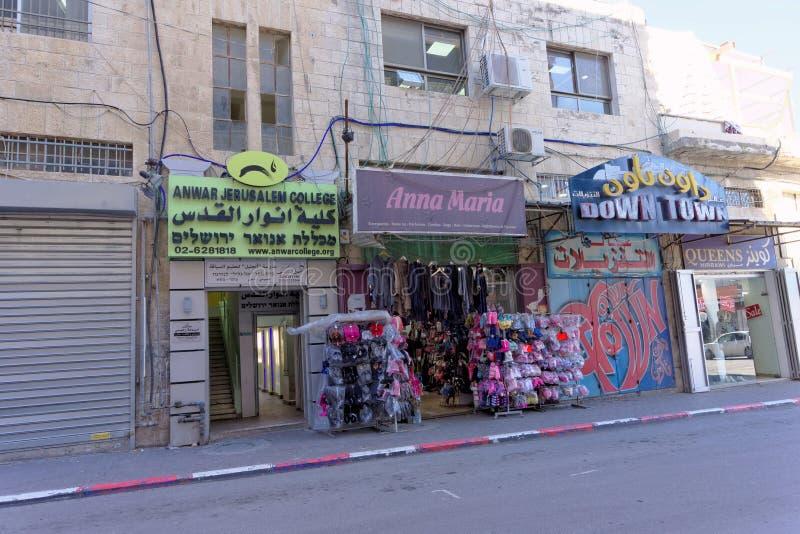 Jerusalem, Israel - 19 de fevereiro 2017 Lojas pequenas no rés do chão que vende todos os tipos de material e de Anwar Jerusalem imagens de stock