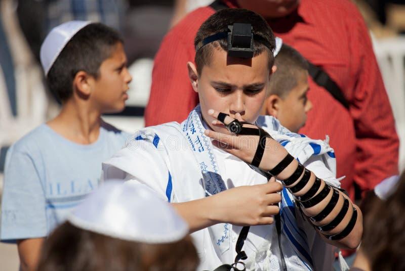 JERUSALEM, ISRAEL - 18. Februar 2013: Bar Mizwa-Ritual an der Klagemauer in Jerusalem Ein 13-Jahr-alter Junge, der geworden ist stockfoto