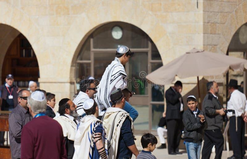 JERUSALEM, ISRAEL - 18. Februar 2013: Bar Mizwa-Ritual an der Klagemauer in Jerusalem Ein 13-Jahr-alter Junge, der geworden ist lizenzfreie stockfotos