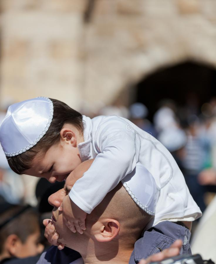 JERUSALEM, ISRAEL - 18. Februar 2013: Bar Mizwa-Ritual an der Klagemauer in Jerusalem Ein 13-Jahr-alter Junge, der geworden ist lizenzfreie stockfotografie