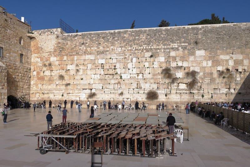 JERUSALEM, ISRAEL - 26. Februar 2017 - Juden an der Klagemauer stockbilder