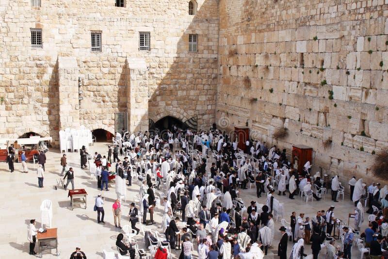 JERUSALEM, ISRAEL - 26. Februar 2017 - Juden an der Westwand stockfotografie