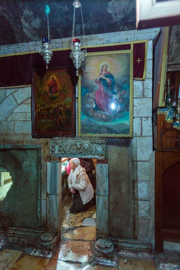 JERUSALEM, ISRAEL - 16. FEBRUAR 2013: Touristen, die sarcoph eintragen lizenzfreies stockfoto