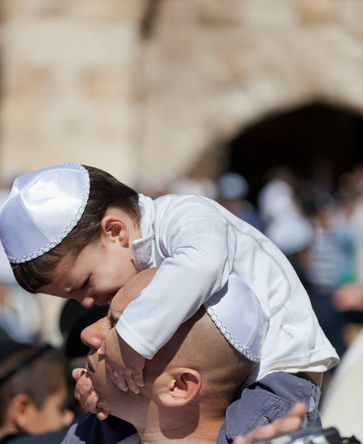 JERUSALEM ISRAEL - Februari 18, 2013: Bar mitzwahritual på den att jämra sig väggen i Jerusalem 13 år en gammal pojke som har bli royaltyfri fotografi