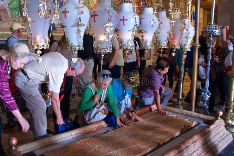 Jerusalem Israel - mars 2018: Besökare som trycker på stenen av att smörja för att välsigna på kyrkan av den heliga griften i det royaltyfri foto