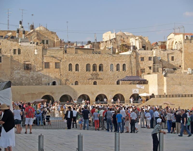 Jerusalem, Israel Mengen von Pilgern und von tou Touristen auf dem Quadrat vor der Klagemauer lizenzfreie stockbilder