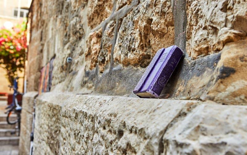 Jerusalem, Israel - 21. Oktober 2019: Gebetbuchtzeit des Willens - hebräische Inschrift auf den Steinen der Altstadt von stockfotos