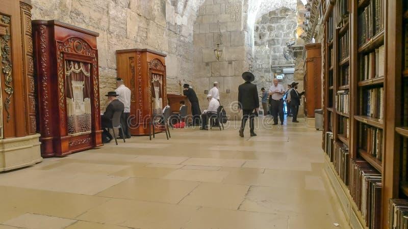 JERUSALEM ISRAEL SEPTEMBER, 19, 2016: inre av bönrummet på den att jämra sig väggen, jerusalem arkivfoton