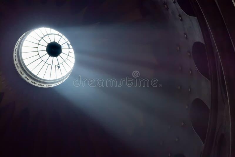 Jerusalem Palestina, Israel-Augusti 14, 2015: Kyrka av den heliga griften Ljus från valvet i taket royaltyfri foto