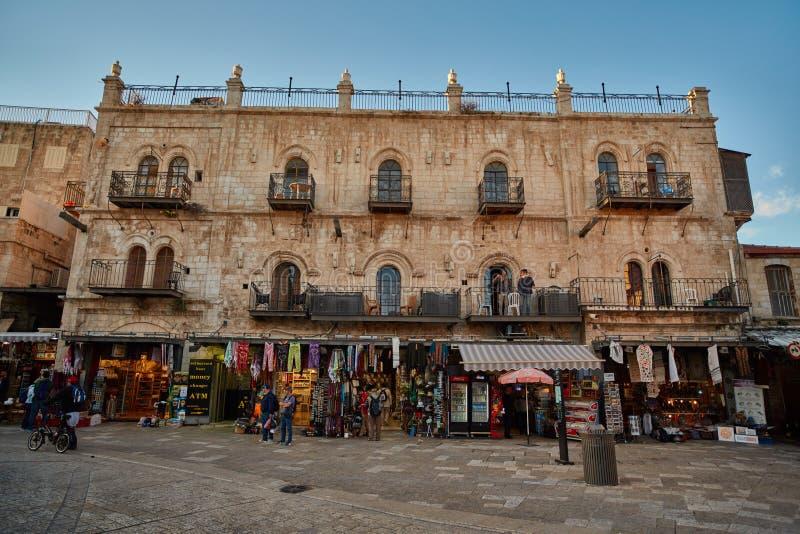 Jerusalem - 04 04 2017: Turister går ho marknaden i nollan royaltyfri foto