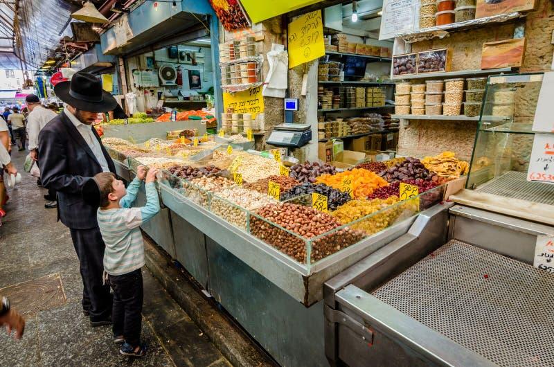 Jeruzalem, Isra?l 16 Augustus, 2016: Een Joodse mens en een jongen die de markt in van Jeruzalem, Isra?l winkelen stock foto