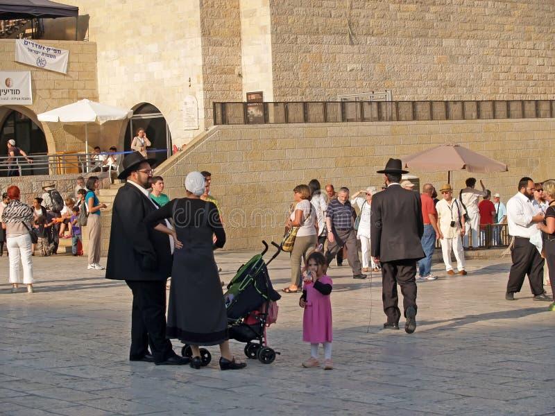 Jeruzalem, Israël Een traditionele orthodoxe Judaic familie met kinderen op het vierkant voor de Loeiende Muur royalty-vrije stock foto