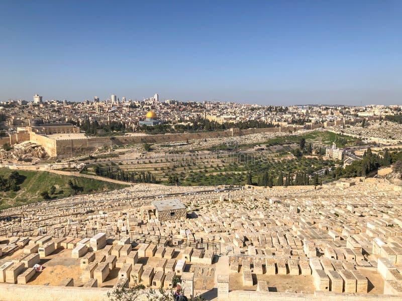 JERUZALEM, ISRAËL - JANUARI 22, 2019: Panorama van Jeruzalem met begraafplaats stock afbeeldingen