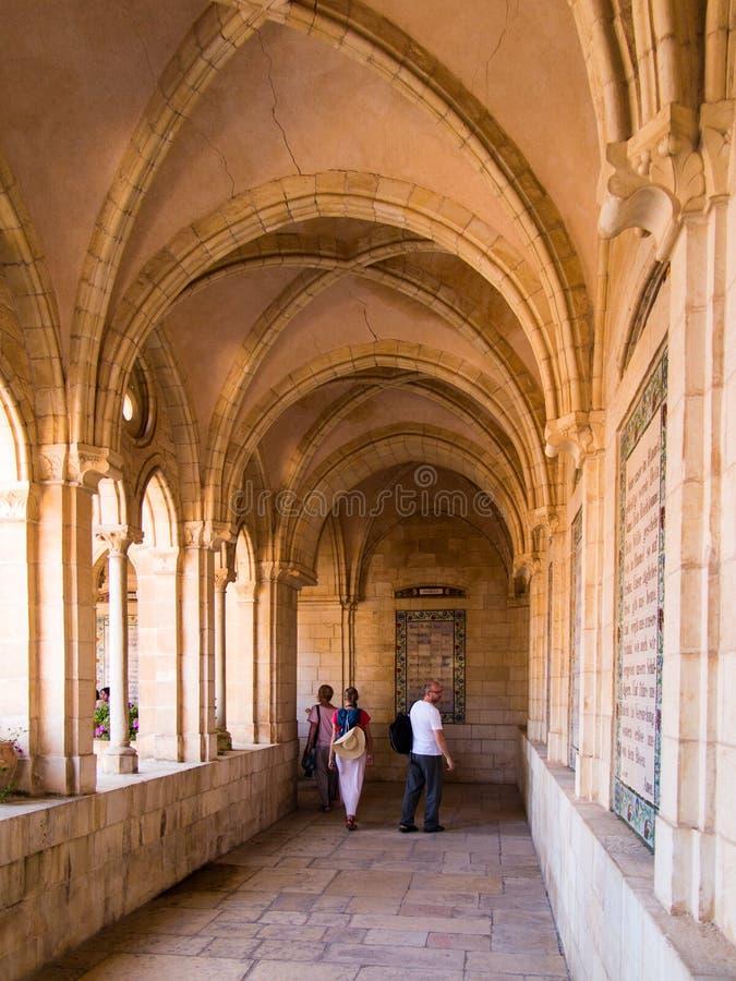 JERUZALEM, ISRAËL - JULI 13, 2015: De gotische gang van atrium in Kerk van Pater Noster op Onderstel van Olijven royalty-vrije stock fotografie