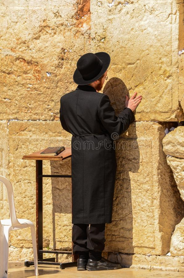 Jeruzalem, Isra?l 11 Juli, 2014: Orthodoxe Joodse mens die bij Westelijke Muur in Jeruzalem, Isra?l bidden royalty-vrije stock foto's