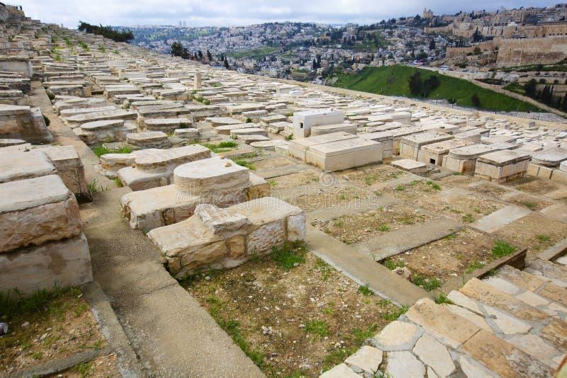 JERUZALEM, ISRAËL - MAART 25, 2019: Weergeven aan Joodse begraafplaats en oud Jeruzalem stock fotografie