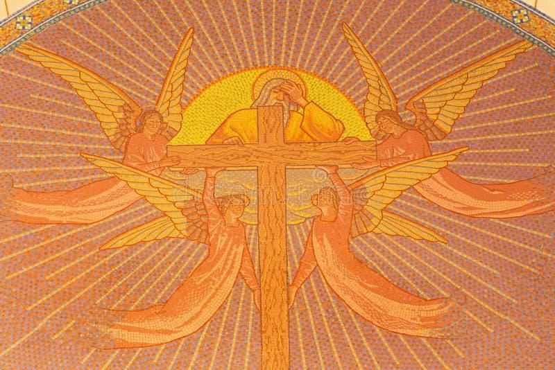 Jeruzalem - mozaïek van God de Vader met het kruis en de engelen in Kerk van St Peter in Gallicantu royalty-vrije stock fotografie