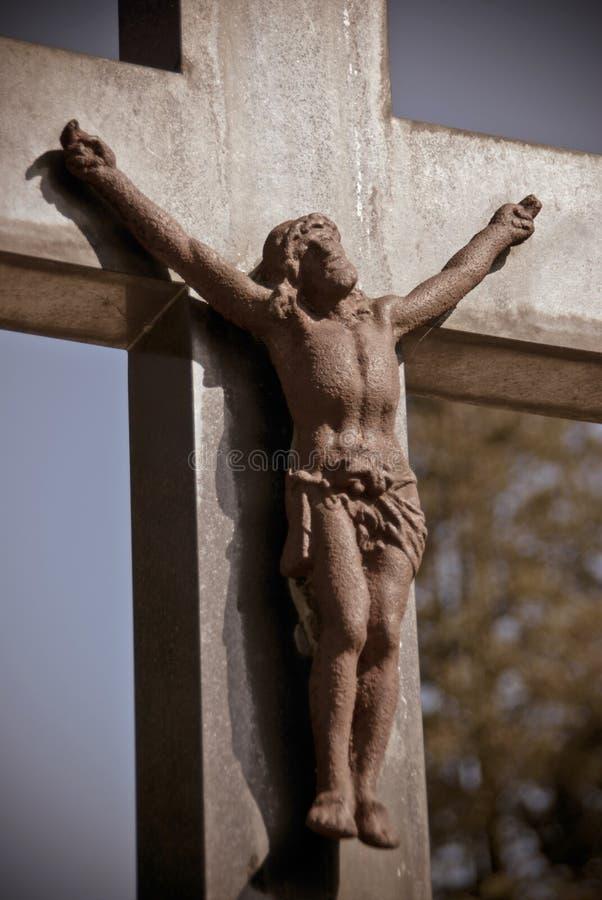 Jesús aherrumbrado en la cruz sobre un sepulcro fotos de archivo