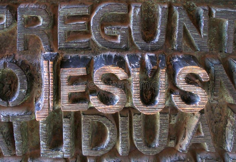 Jesús escrito en cartas metálicas imagenes de archivo