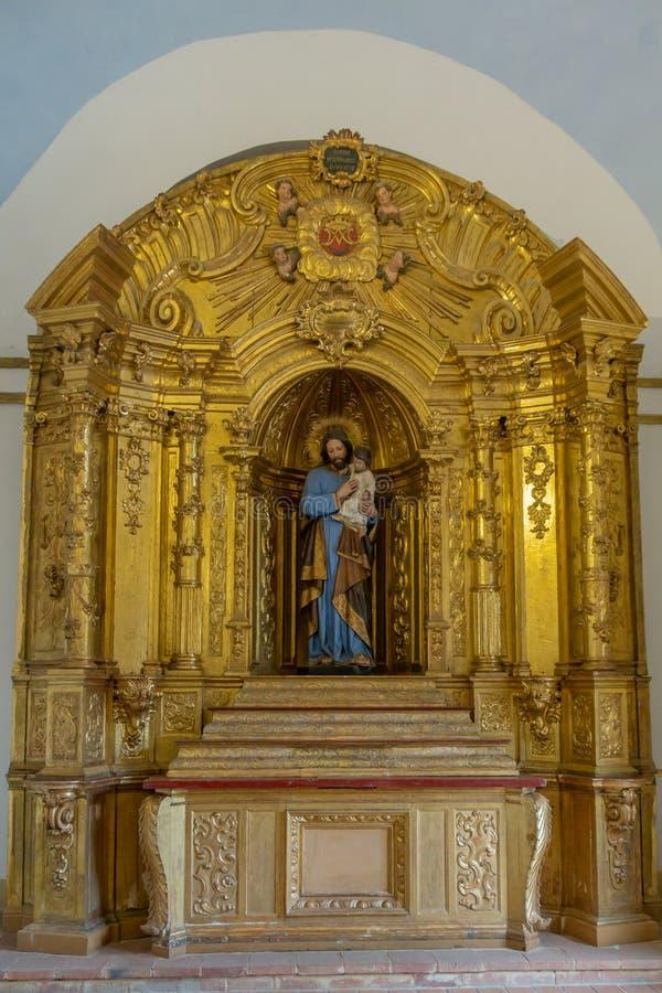 Jesús que cría a un niño en un altar imagen de archivo libre de regalías