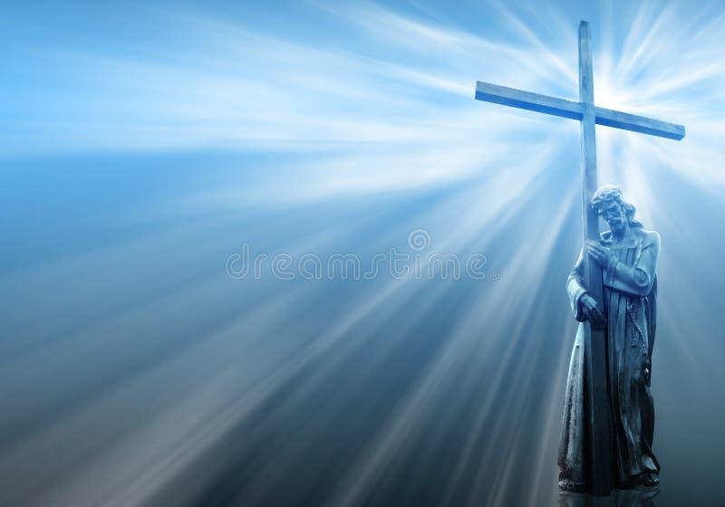 Jesús que lleva a cabo una cruz en fondo azul libre illustration