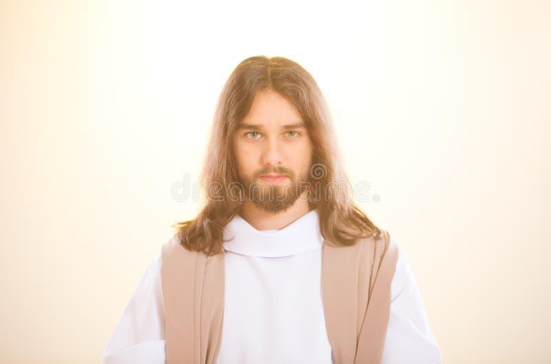 Jesús que se coloca en la luz foto de archivo libre de regalías