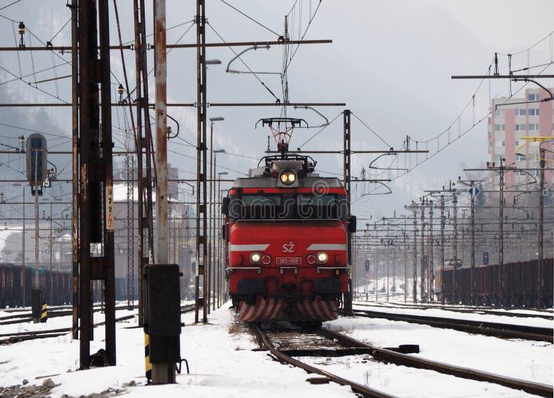 JESENICE, СЛОВЕНИЯ - 2-ОЕ МАРТА 2018: Словенский класс 363 железных дорог готовый для того чтобы уйти на зимний день стоковые изображения