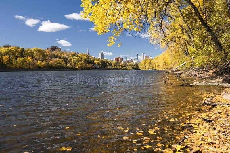 Jesień barwi wzdłuż rzeki mississippi, Minneapolis linia horyzontu w odległości. obrazy royalty free