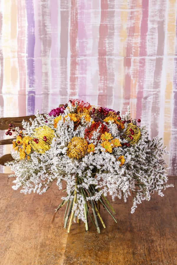 Jesień bukiet z proteas, chryzantemami i głóg gałązkami, fotografia royalty free