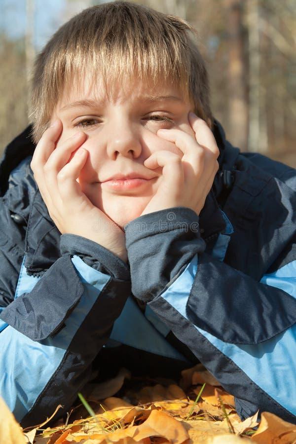 jesień chłopiec park zdjęcie stock
