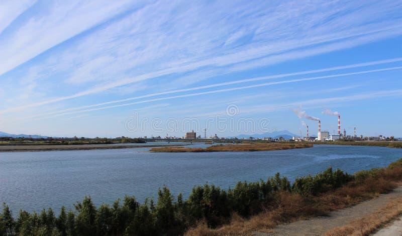 Jesień chmurnieje nad Kuma rzeką w Yatsushiro mieście, Japonia obraz royalty free