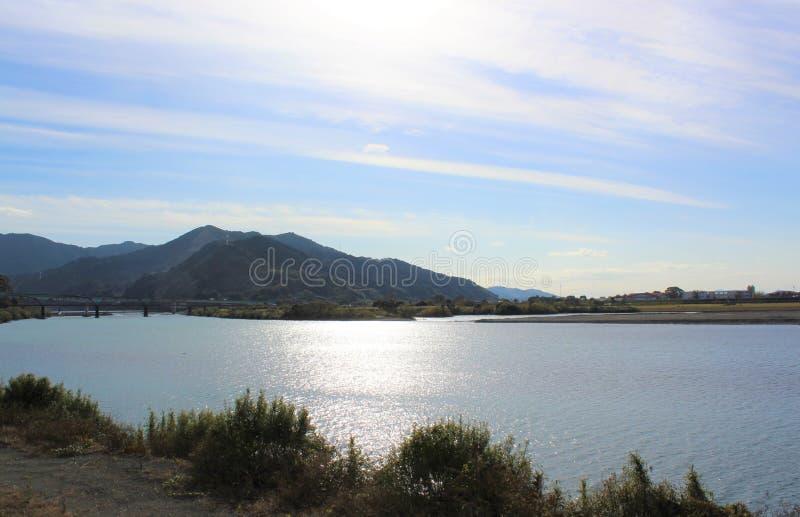 Jesień chmurnieje nad Kuma rzeką w Yatsushiro mieście, Japonia obraz stock
