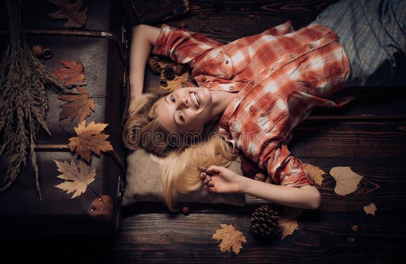 Jesień czas dla mody sprzedaży jesienny ulistnienia Miejsce dla twój teksta Reklamy pojęcie tło koloru s złocista tapeta cześć fotografia stock