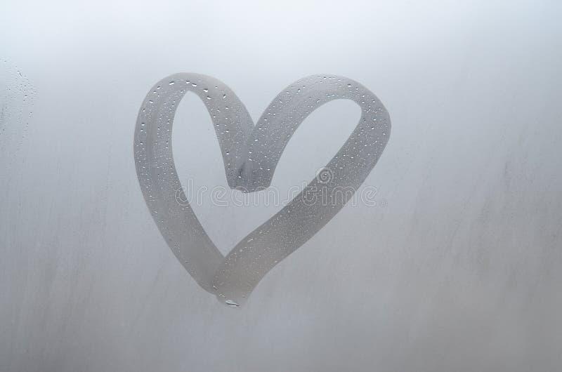Jesień deszcz inskrypcja na przepoconym szkle i serce, - miłość Miękki i piękny tło wizerunek z kopii przestrzenią fotografia stock