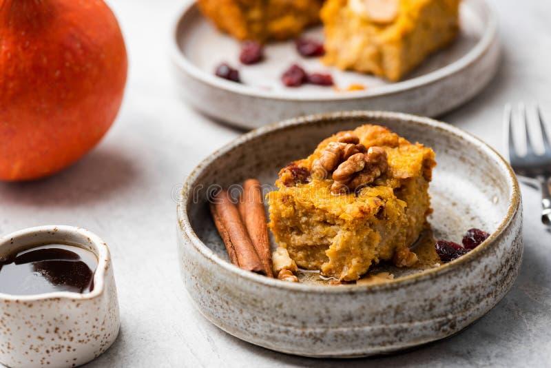 Jesień Dyniowego kulebiaka tort Z orzechami włoskimi, cynamon zdjęcia royalty free