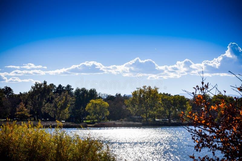 Jesień dzień przy Skalisty Góra jeziora parkiem obrazy royalty free
