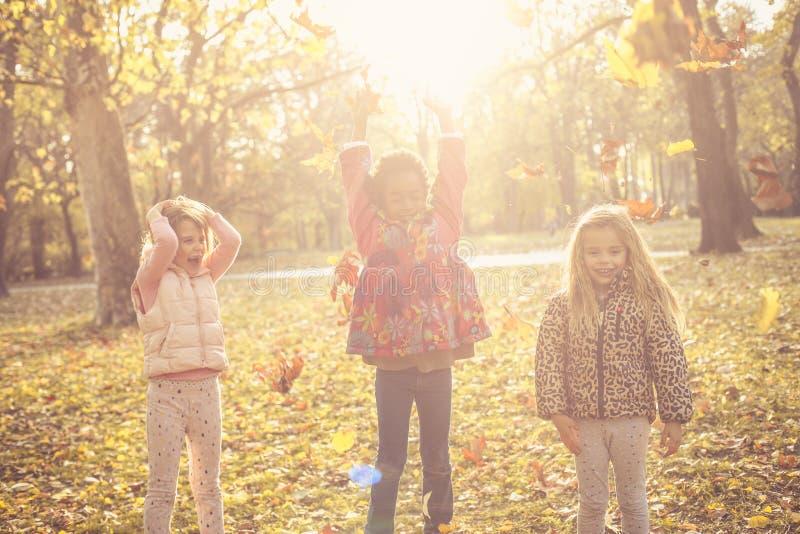 Jesień dzień w naturze dzieci się uśmiecha zdjęcia stock