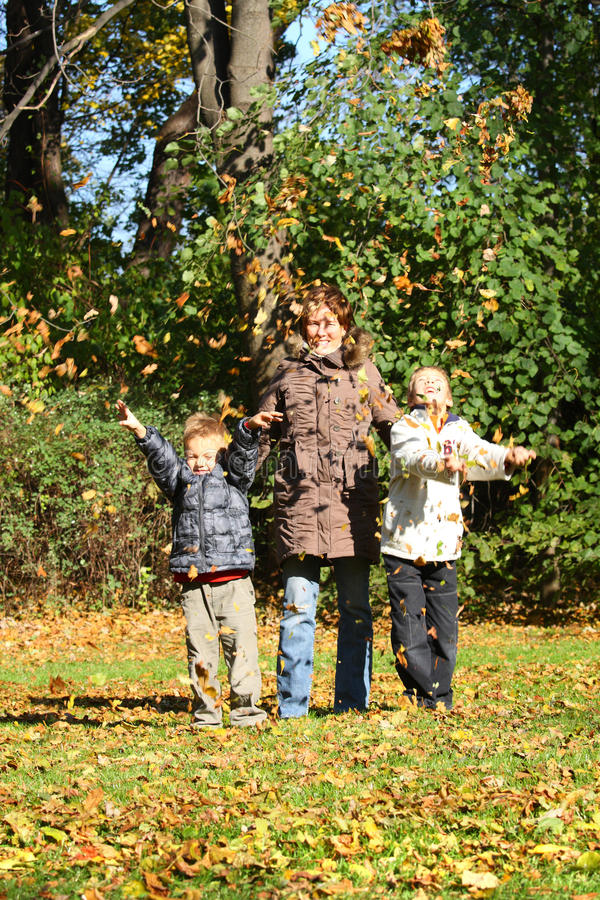 jesień dzieci matek park zdjęcie royalty free