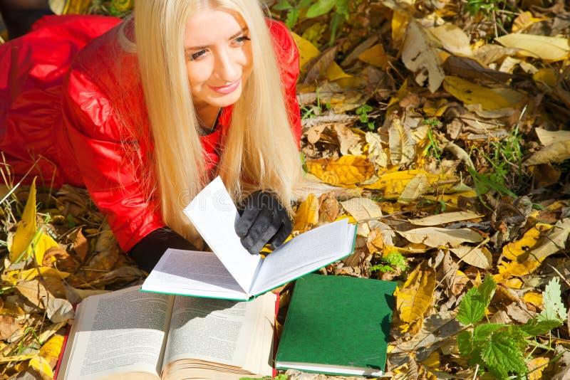 jesień dziewczyny park z obraz royalty free