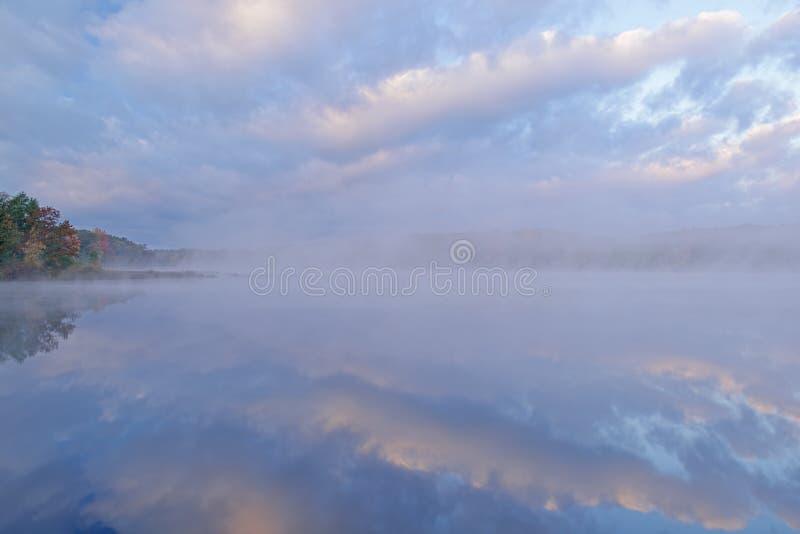 Jesień Głęboki jezioro w mgle zdjęcia royalty free